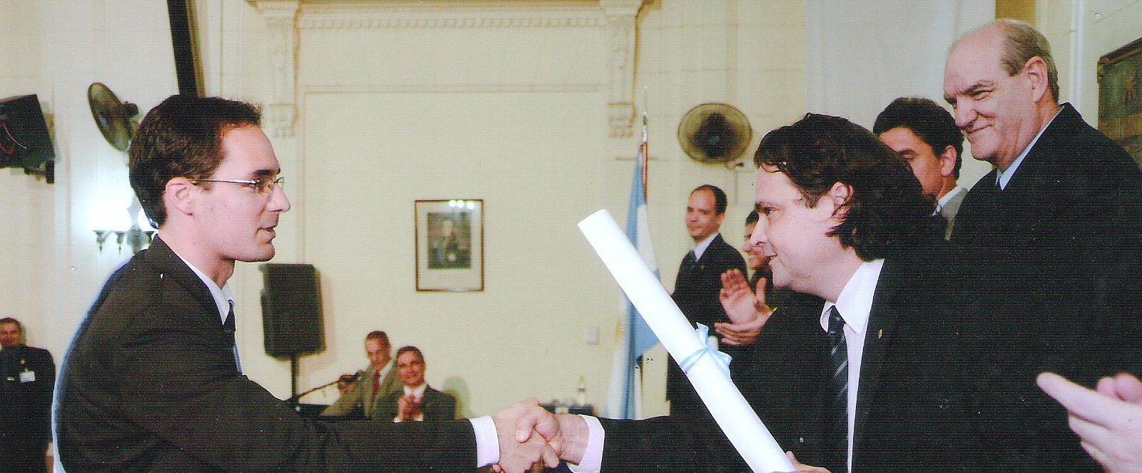 Ing. Federico Muiño recibiendo diploma del Decano de la UTN Buenos Aires, Ing. Guillermo Oliveto